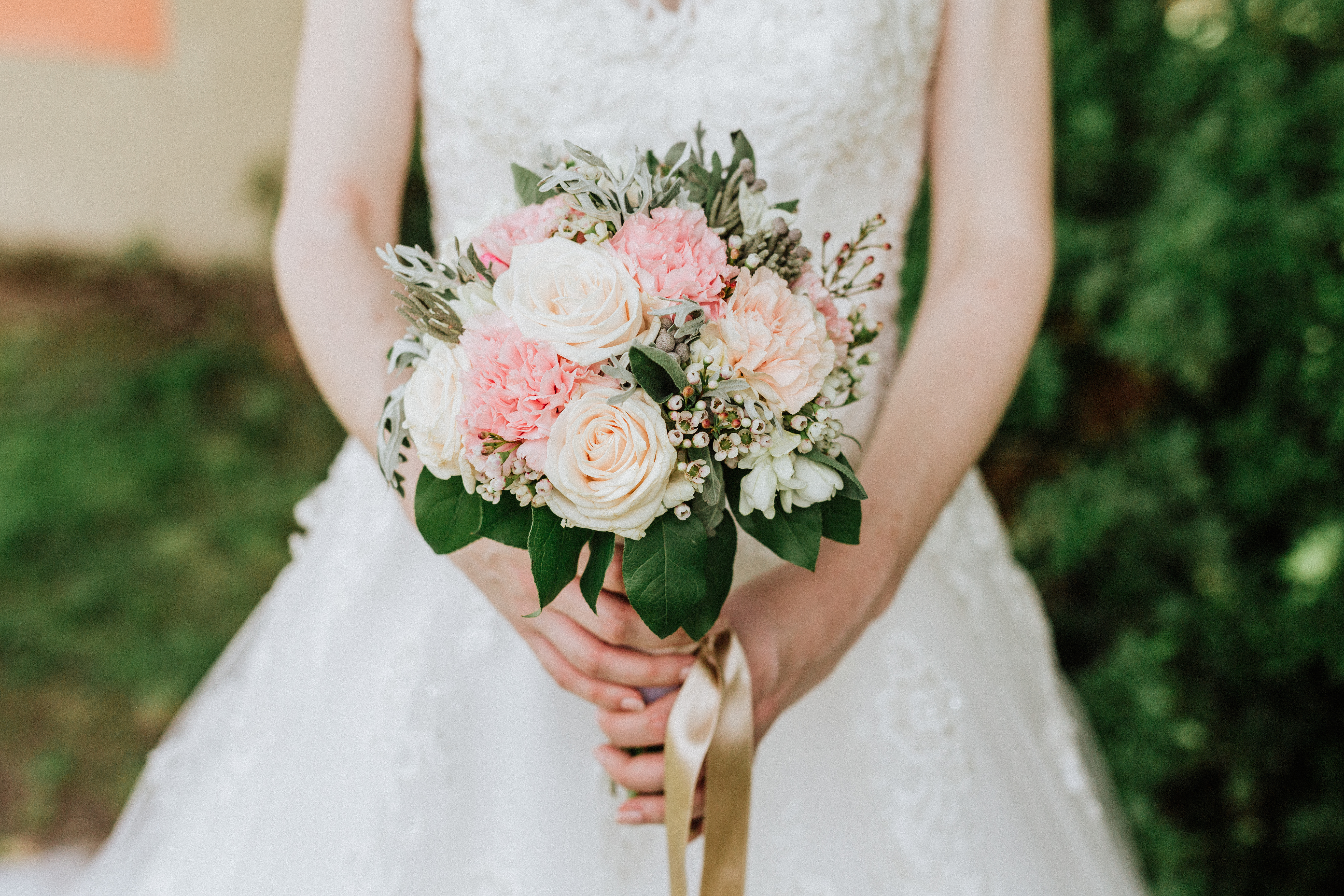 bouquet sposa rose bianche e rosa e dettagli foglie verdi